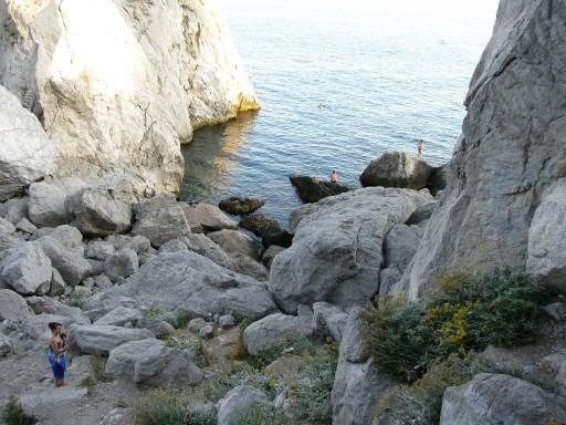 Дикий пляж под скалой Дива